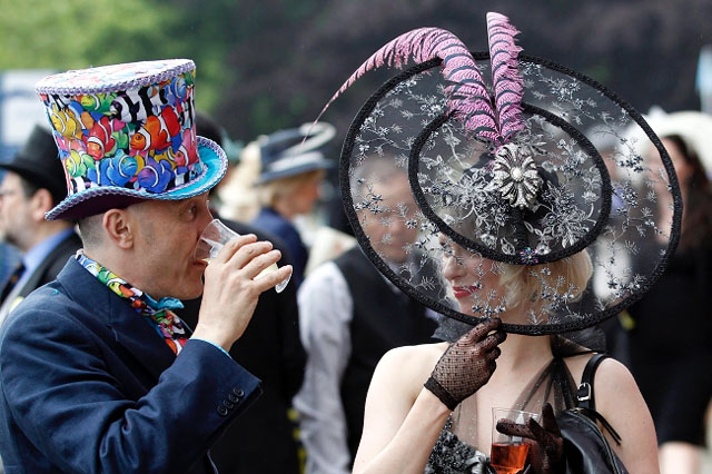 epa03750272 Visitors with fancy hats attend the opening day of Royal Ascot, in Ascot, Britain, 18 June 2013. Ascot is well known for its strict dress code of hats. The horse race meeting runs from 18 to 21 June. EPA/TAL COHEN Dostawca: PAP/EPA.
