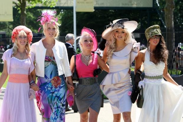 Bildnummer: 06049619 Datum: 17.06.2010 Copyright: imago/Frank Sorge 17.06.2010, Ascot, Windsor, GBR, GROSSBRITANNIEN - Fashion, Women with hats on Ladies Day at the racecourse. Ascot racecourse. () 502D170610ROYALASCOT.JPG ; Pferdesport Reiten Pferderennen Galopp Royal Ascot GBR Hutmode Kleidung vdig xsk 2010 quer Aufmacher premiumd xint Image number 06049619 date 17 06 2010 Copyright imago Frank Worry 17 06 2010 Ascot Windsor GBR UK Fashion Women with hats ON Ladies Day AT The Racecourse Ascot Racecourse jpg Equestrian sports riding Horse race Gallop Royal Ascot GBR Hutmode clothes Vdig xsk 2010 horizontal Highlight premiumd